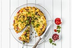 Alimento de café da manhã saudável, omelett do ovo enchido fotografia de stock