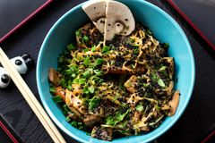Alimento de China com carne e cenoura fotos de stock