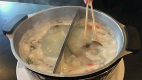 Alimento de ebulição quente do estilo japonês da sopa do sukiyaki do shabu de Shabu video estoque