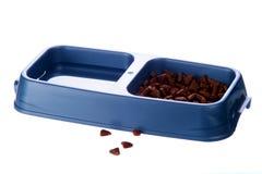 Alimento de gato e bacia da água fotografia de stock