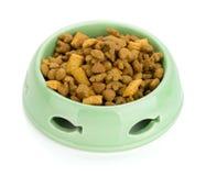 Alimento de gato em uma bacia Imagens de Stock