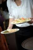 Alimento de la boda que es servido por un camarero Imagen de archivo
