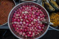 Alimento de la calle en Bangkok Cuenco de cebollas adobadas Imagen de archivo libre de regalías