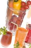 Alimento de las verduras frescas en mezclador y jugo Imagen de archivo