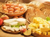Alimento de leiteria, ovos, chees, pães e maçãs Fotografia de Stock Royalty Free