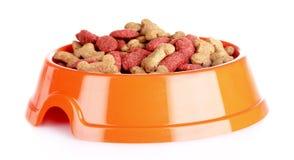 Alimento de perro en tazón de fuente fotos de archivo