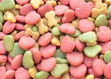 Alimento de perro seco en el fondo blanco Fotos de archivo