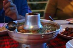 Alimento de Tom Yum Fish Spicy Hot Spicy em um potenciômetro quente fotos de stock royalty free