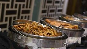 Alimento del buffet dell'interno nel ristorante video d archivio