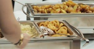 Alimento del buffet di approvvigionamento del gruppo della gente dell'interno in ristorante di lusso con la frutta variopinta e l archivi video