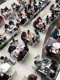 Alimento del centro commerciale brusco con i clienti immagini stock