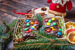 alimento del dolce di natale colorful Su fondo di legno leggero immagini stock