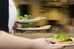 Alimento del servizio della cameriera di bar degli alimenti a rapida preparazione Fotografie Stock Libere da Diritti