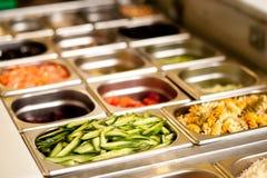 Alimento delicioso do vegetariano nas bandejas imagens de stock royalty free