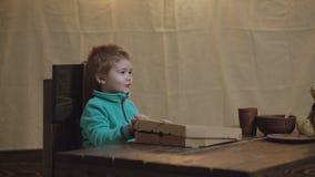 Alimento delicioso na caixa da pizza Menino feliz da crian?a O menino da criança oferece a pizza o bebê abre uma caixa da pizza q filme