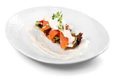 Alimento delizioso del ristorante in piatto bianco isolato Fotografia Stock