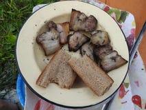 Alimento della gente povera in Russia su un piatto bianco sulla tavola fotografia stock