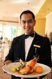 Alimento della holding del cameriere del ristorante Fotografia Stock