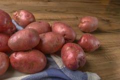 Alimento della patata cruda Patate fresche su fondo di legno posto libero per testo Immagini Stock
