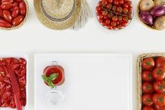 Alimento della salsa al pomodoro sopra il concetto con molti pomodori freschi ed il taglio fotografia stock libera da diritti