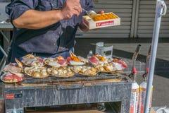 Alimento della via al mercato ittico di Tsukiji fotografie stock libere da diritti