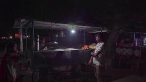 Alimento della via alla notte in India video d archivio