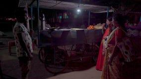 Alimento della via alla notte in India stock footage