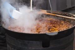 Alimento della via Alimento caldo in un tino Bograch immagine stock