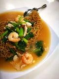 Alimento della via di Singapore, tagliatelle croccanti fritte dei frutti di mare Immagine Stock
