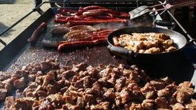 Alimento della via in Europa - salsiccie e carne di maiale video d archivio