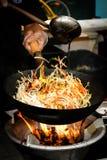 Alimento della via tagliatelle fritte in un wok con il pollo Fotografia Stock Libera da Diritti