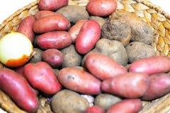 Alimento delle verdure crude delle patate in piatto Fotografia Stock