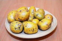 Alimento delle verdure crude delle patate in piatto Immagine Stock