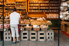 Alimento di acquisto della donna in Viktualienmarkt immagini stock
