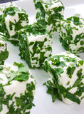 Alimento di barretta organizzato su una zolla Immagine Stock