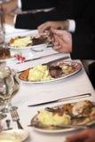 Alimento di cerimonia nuziale che è mangiato Fotografie Stock