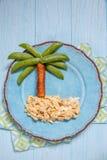 Alimento di divertimento per i bambini - piselli e palma della salsiccia su un'isola rimescolata delle uova Immagini Stock Libere da Diritti