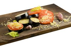 Alimento di estate: melanzana e pomodoro affettati Pomodori, melanzane, formaggi, aglio e sedano su un bordo di legno Fotografie Stock