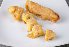 Alimento di Fried Banana Pisang Goreng Indonesian affettato sul piatto bianco Fotografie Stock Libere da Diritti
