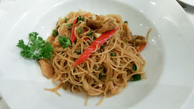 Alimento di fusione, spaghetti tailandesi di stile in piatto bianco Fotografia Stock Libera da Diritti