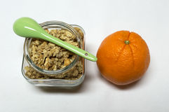 Alimento di Healty con l'intestino dei cereali, del cucchiaio e dell'arancia Immagine Stock