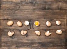 Alimento di legno degli ingredienti del fondo delle uova crude fotografia stock libera da diritti