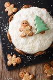 Alimento di Natale: dolce dello zenzero con il primo piano della crema del formaggio verticale Fotografie Stock Libere da Diritti
