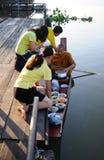 Alimento di offerta della gente alla rana pescatrice Fotografia Stock