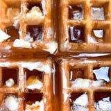 Alimento di prima colazione americano tipico: cialda calda con burro e sciroppo d'acero fotografie stock