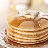 Alimento di prima colazione - pancake e sciroppo Fotografia Stock