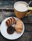 Alimento di umore del libro del caffè da mangiare per leggere immagini stock
