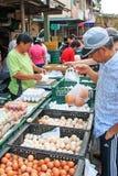 Alimento di vendita e d'acquisto della gente in un mercato tradizionale della verdura e della frutta di Taiwan immagini stock libere da diritti