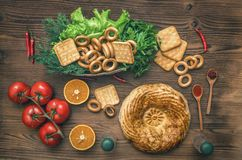 Alimento diferente na mesa de cozinha Pão fresco imagem de stock