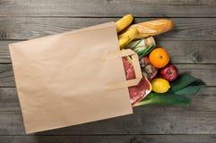 Alimento diferente no saco de papel no fundo de madeira, fim acima Fotos de Stock